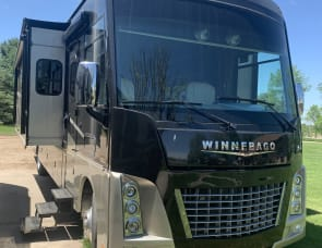 Winnebago Adventurer 38Q