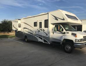 2007 Four Winds Chateau Huge RV Sleeps up to 8!