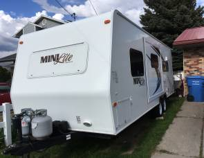 2011 Ultra-Lite 25 foot w/ slide out