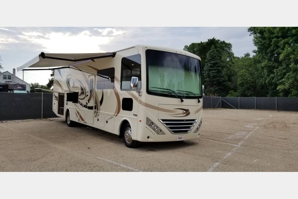 2018 Thor Motor Coach Hurricane 34J (Bunk House) - Fully Equipped and Entertainment Galore!!