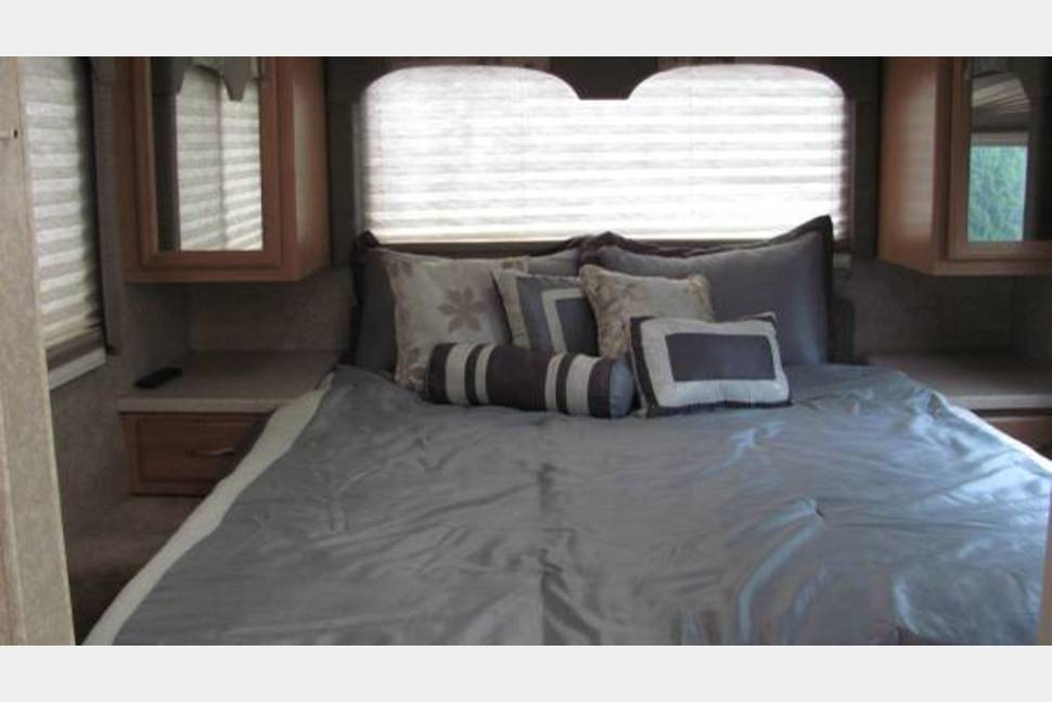 2006 Double Slider 33' Four Winds Hurricane - Double Slider 33' Hurricane RV. (Low cost and lots of extras included.)