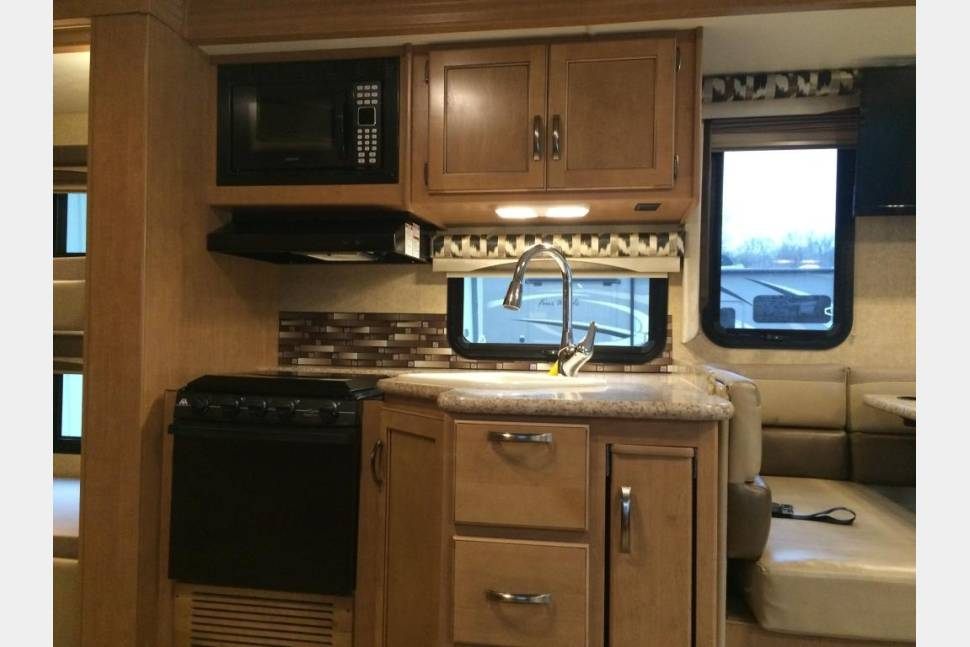 2015 ACE THOR - Perfect RV for Tailgating, Camping, or Family Vacation!