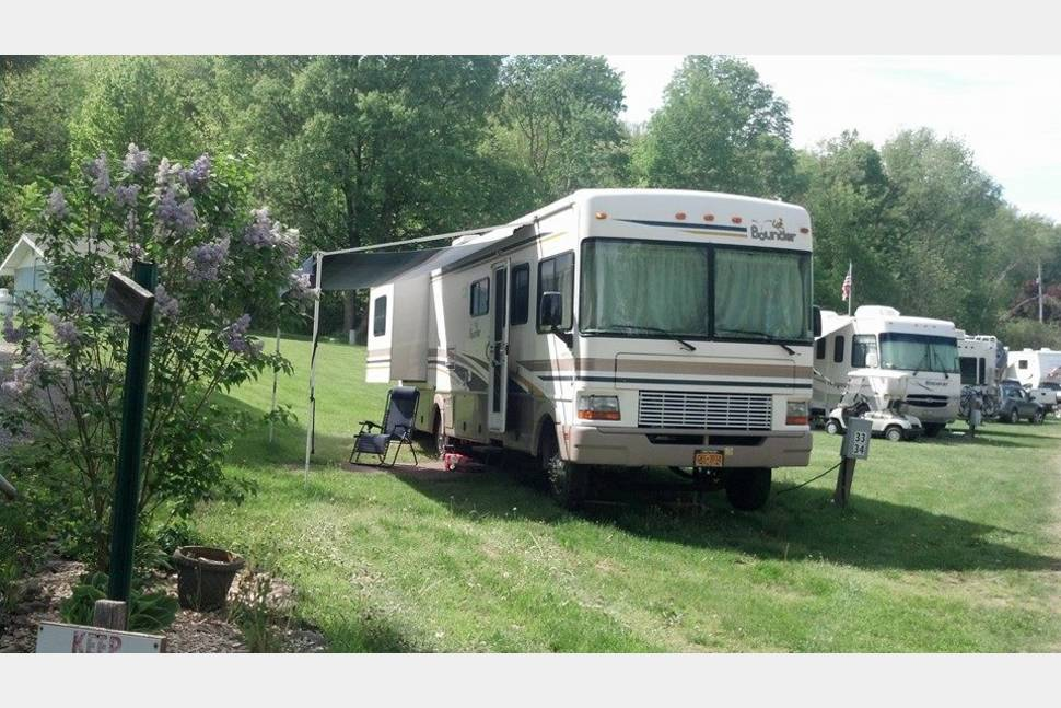 2001 Fleetwood Bounder 31W - Family RV-ing made easy in this easy-driving Class A