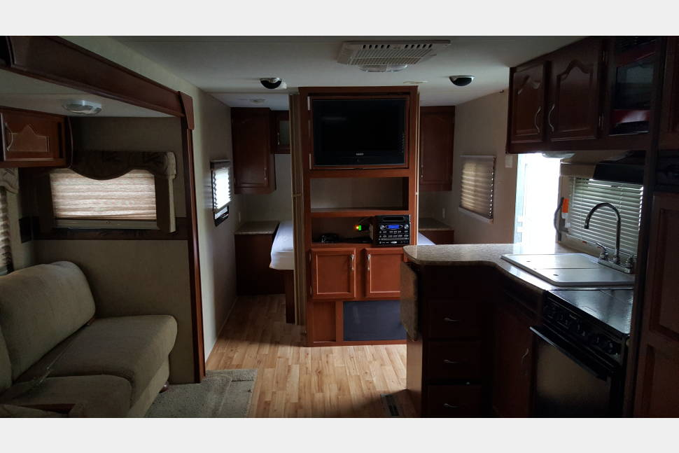 2011 Creekside M-26BKS - The Perfect RV for your Family Vacation! Travel in Style & Comfort!