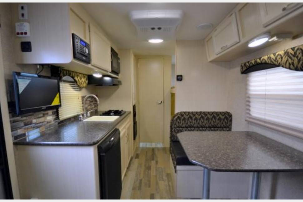 2017 Winnebago Micro Minnie 1700 BH - Beautiful and Feature Loaded, this 2017 Winnebago is perfect for families. And only 3,040 lbs. dry!