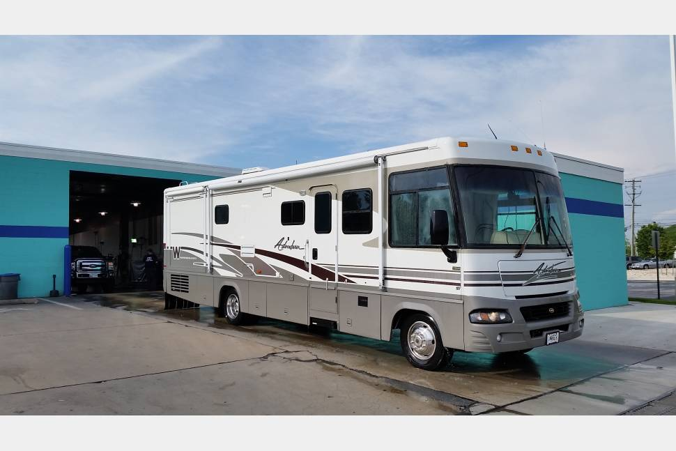 2003 Winnebago Adventurer - The ultimate Family Vacation RV with the luxuries of a Hotel
