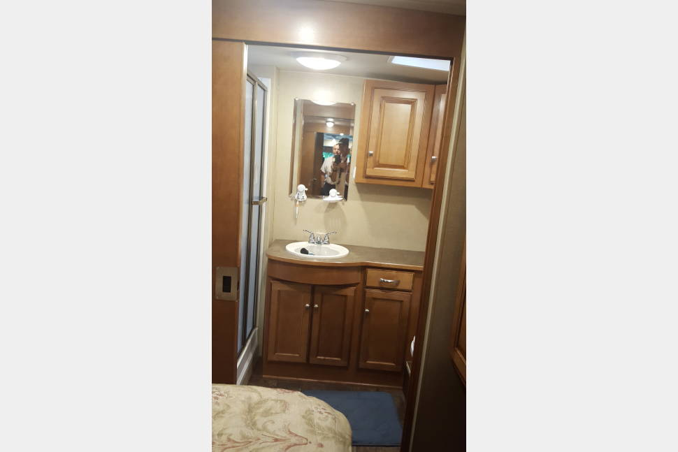 2014 Winnebago Sunstar Itasca - Awesome RV for roadtrips, sporting events, Glamping or just cruising to see friends that dont have room in their house for you.