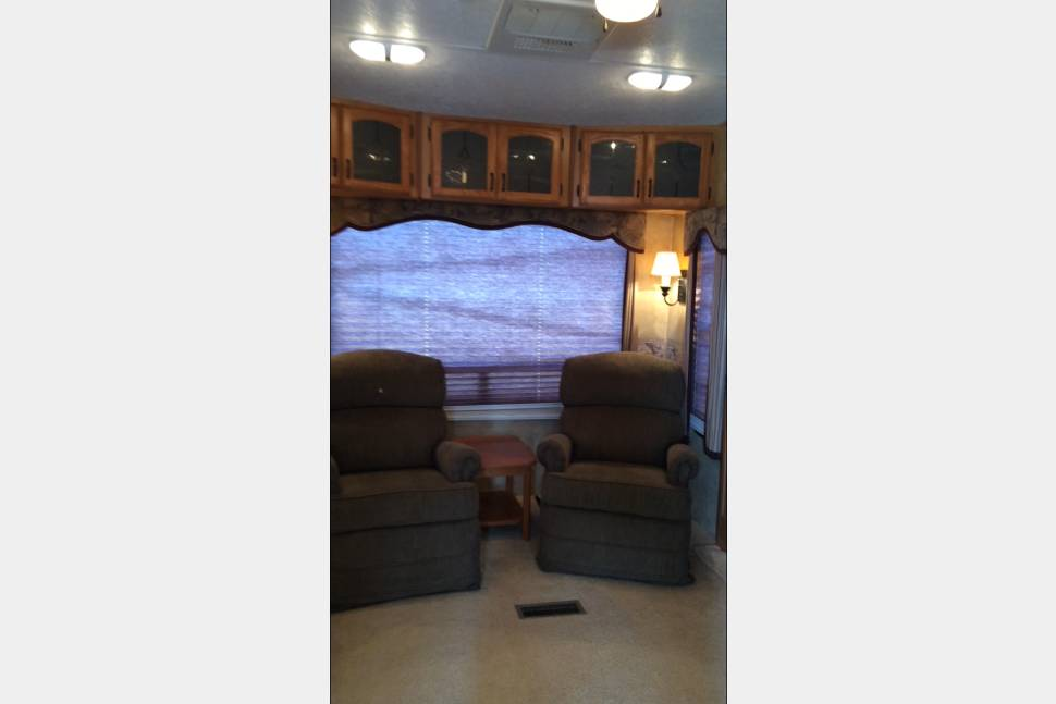 2008 Montana Fifth Wheel - Country Comfort - with duel air conditioners to keep you cool and comfy!