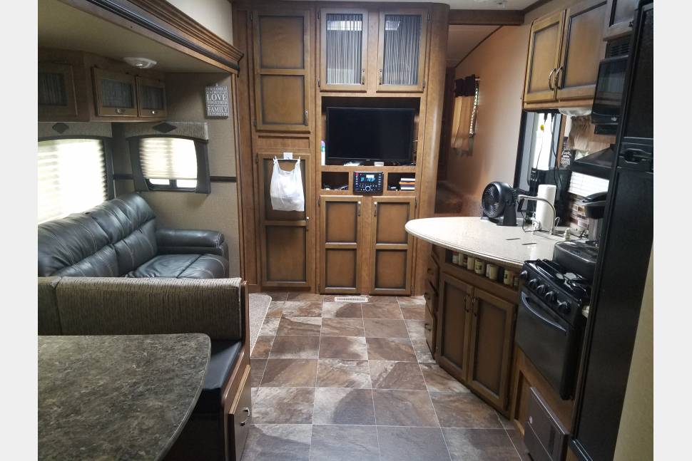 2016 Crossroads Reserve 31bh 5th Wheel - Brand new Crossroads Reserve 31bh great for the family!