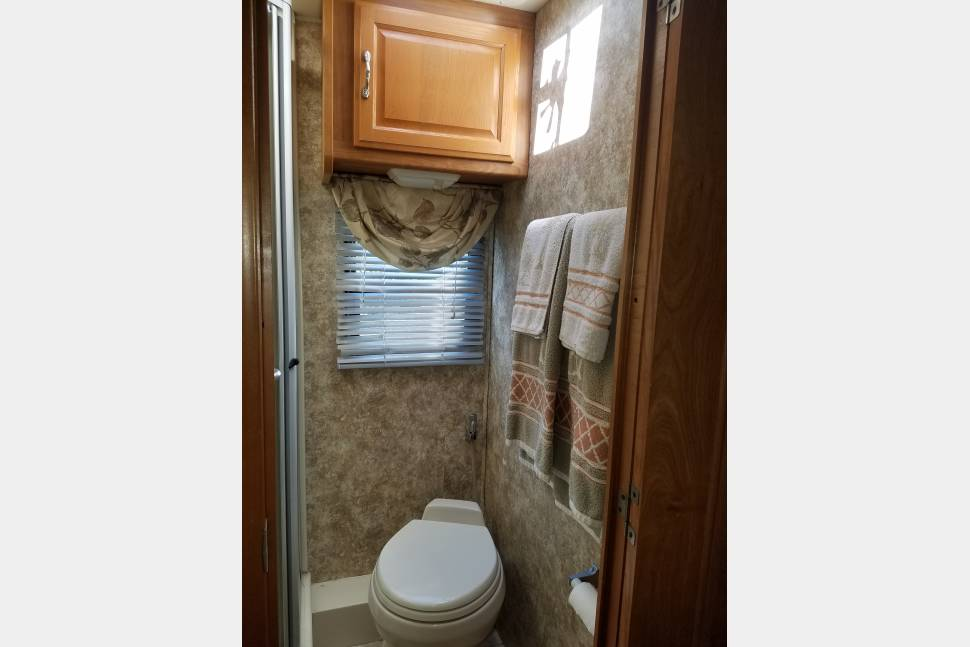 2006 Coachmen Cross Country 382DS - 2006 Coachmen Cross Country- Your Vacation on Wheels