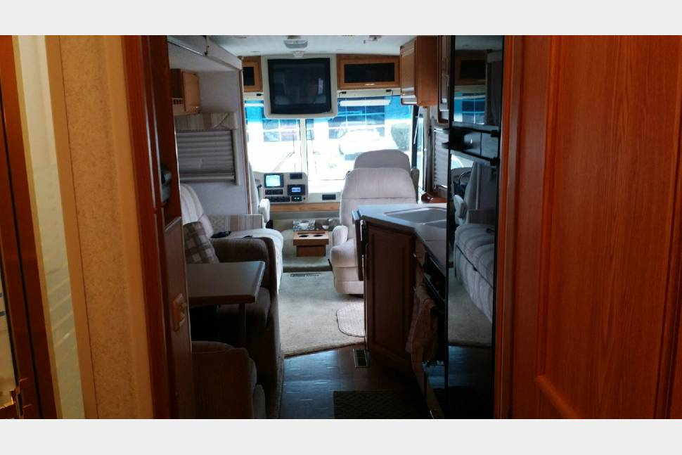 2003 Winnebago Adventurer - A Gorgeous 2003 Winnebago Adventurer for Rent!