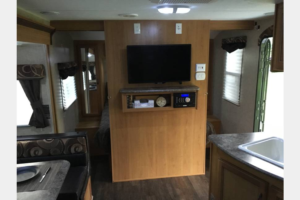 2014 Connect 220RBK Solar/Inverter - Fully equipped 22' trailer separate master bedroom, solar power, and outdoor kitchen!