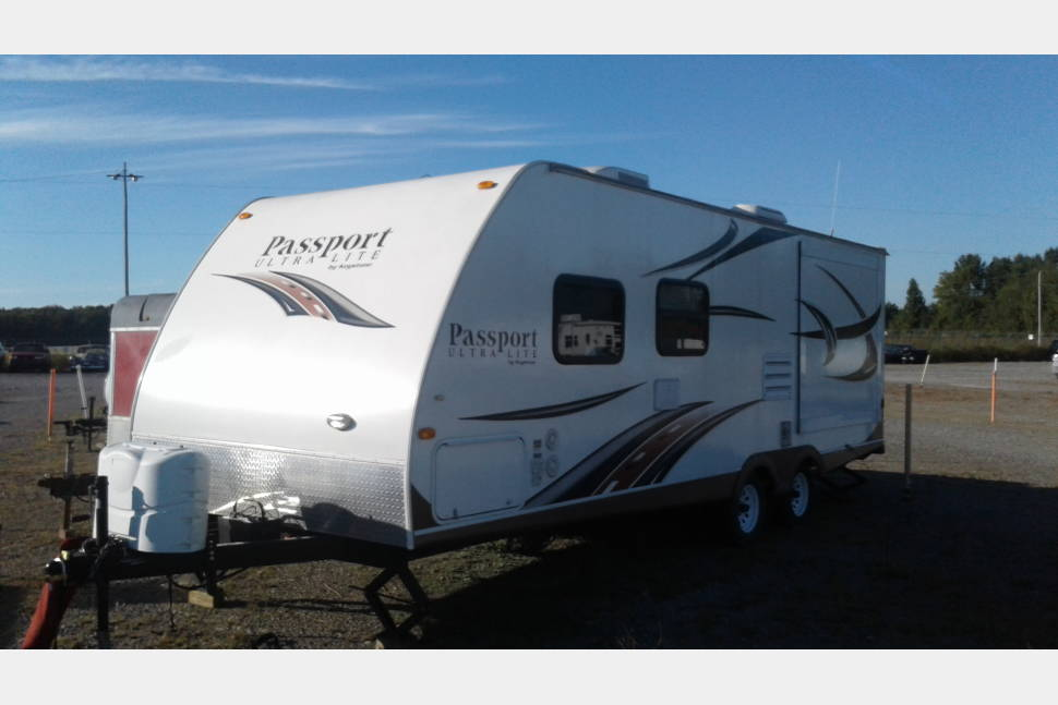 2013 Keystone Ultra-Lite Passport 252BH - Kid tested, Mother approved....dogs 2...