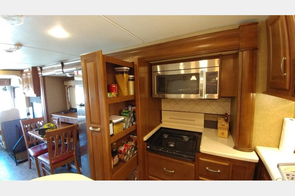 2014 Thor Challanger 37GT - Luxury Camper with three queens! Perfect for Tailgating