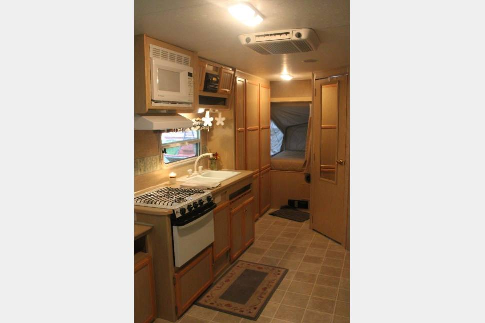 2005 Jay Featherlite 23b - Light model with a slide out