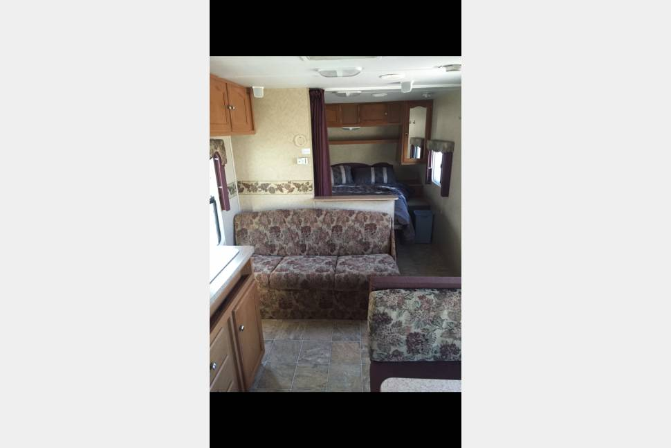 2008 Four Winds 25 Foot RV Camper - 25 foot Four Winds Travel Trailer Sleeps 4-5