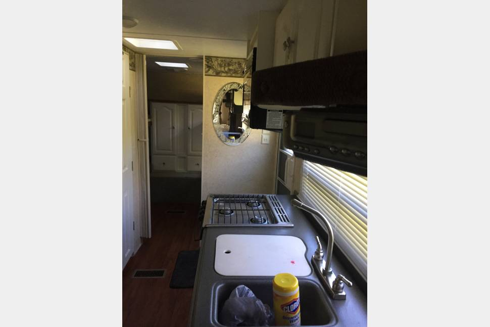 2004 Keystone Outback 26RS - Outback Living! Queen Bed w/4 bunks. Generator and delivery available