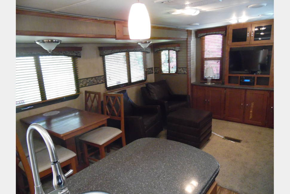 2014 Keystone Passport 31RE Ultra Light Elite - Getaway In Style and Comfort With a Living Room Double Slide Out, We Only Deliver/Pick Up