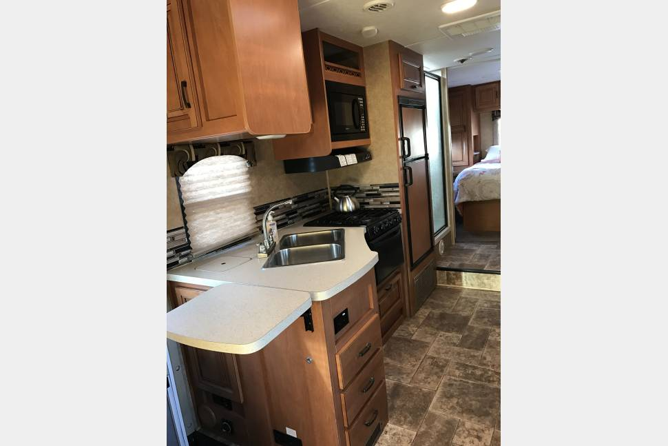 2015 Forrest River/ Sun Seeker - Sleeps up to 8 and extends for extra space! UNLIMITED MILEAGE OPTION!