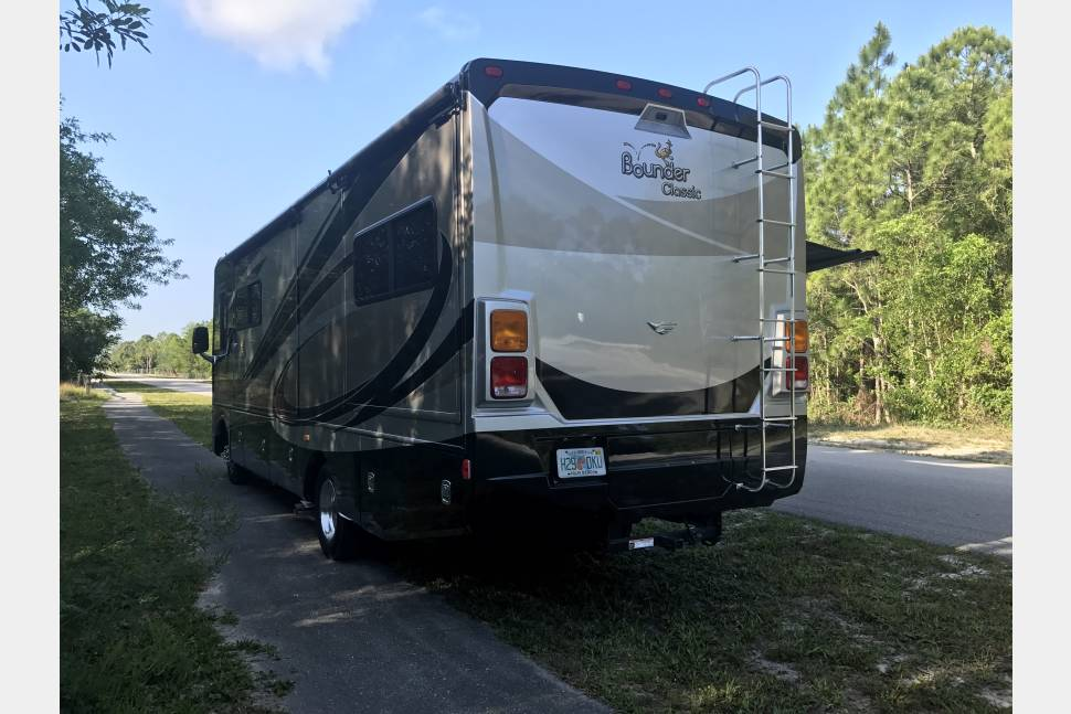 2014 Fleetwood Bounder 30T - Great Times Ahead! Perfect for that weekend getaway.........