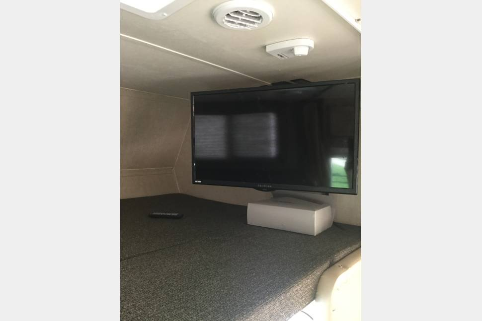 2017 8 Seater Gulfstream (Seats/Sleeps 8) - Affordable RV, sleeps 8, convenient to drive/park. Free RV GPS, Free Pets. Text Owner at 847-372-7185.