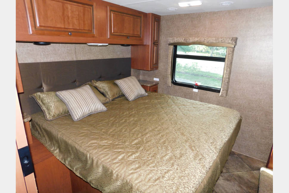 2015 Thor Windsport 34F - BEST VALUE - NO HIDDEN FEES - SLEEPS 8 - JUST BRING YOUR TOOTH BRUSH!