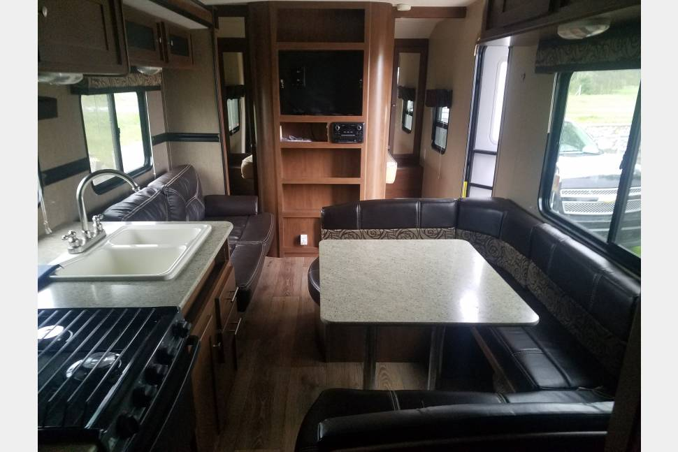 2015 Aspen Trail - 31' Aspen Trail. All leather bunk house