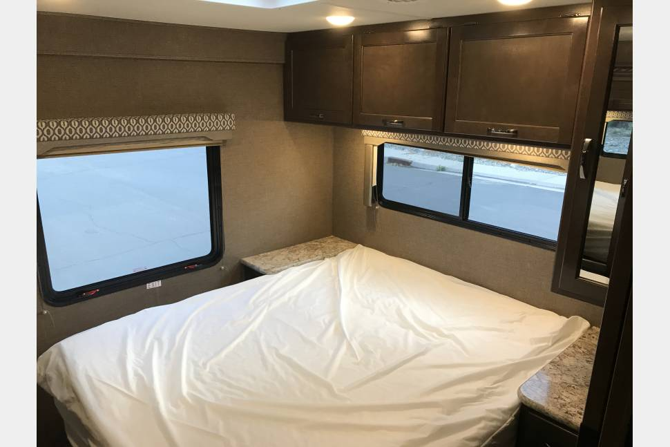 2017 Thor Freedom Elite 30FE - Perfect Sized Family RV - Sleeps up to 8 w/ Bunk Beds