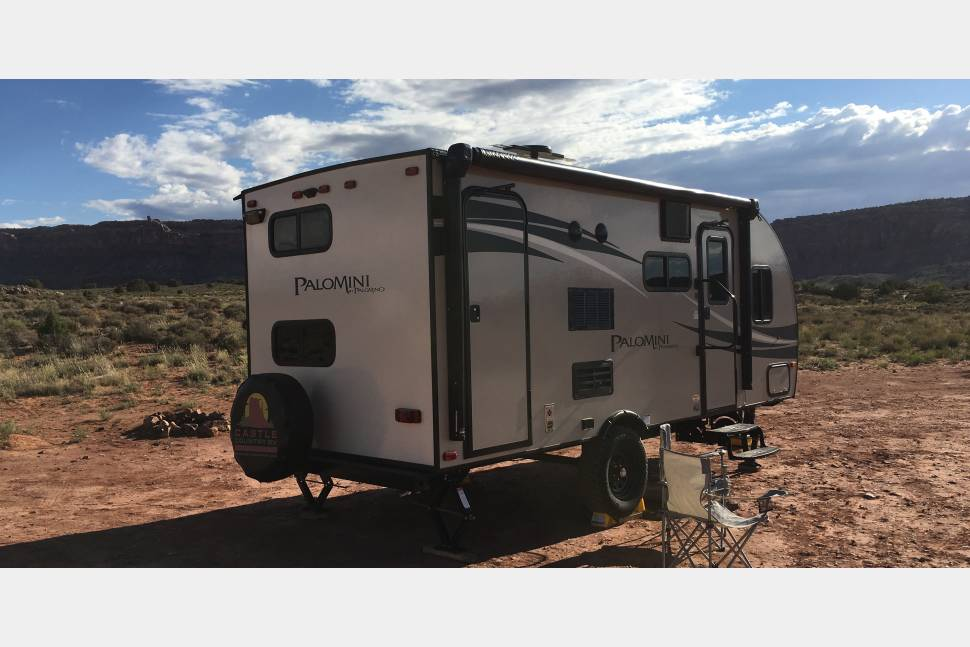 2018 Palomino Palomini Off Road Bunkhouse - Camp Off Grid in scenic red rock Moab in our self contained RV *FREE DELIVERY & SETUP within 10mi of Moab!
