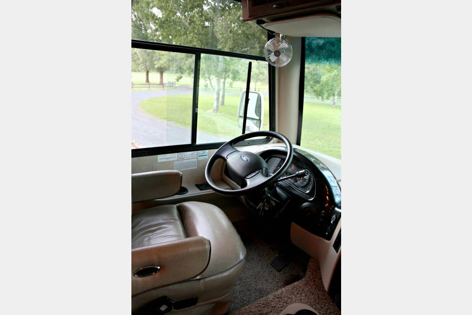 2012 Thor Motor Coach Hurricane 32A - Rolling Palouse B&B-Fully Furnished!