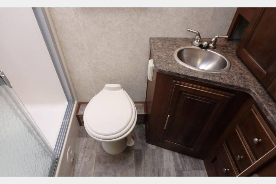 2016 Georgetown 364 TSF - Sleeps 9, 2 full bathrooms!