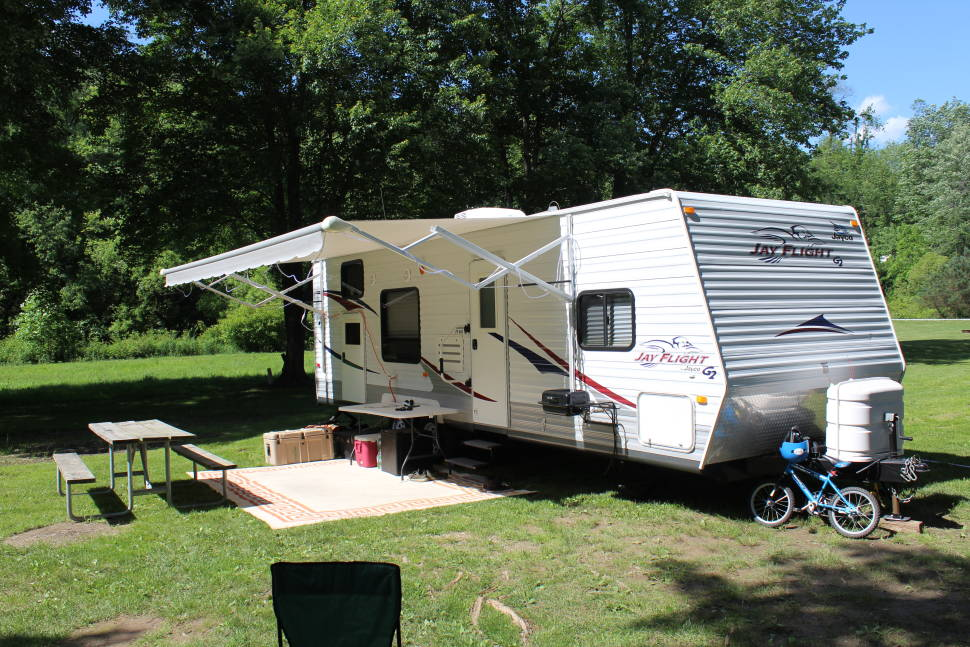 2009 Jayco Jay Flight G2 29BHS - This large camper provides all the amenities of a home and is great for a large family.