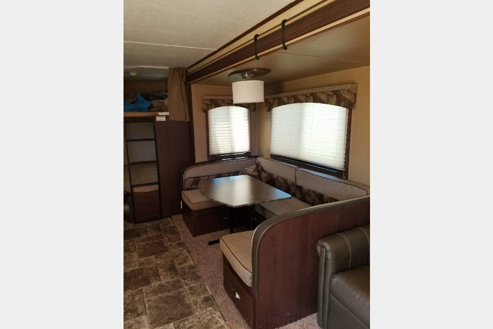 2014 Dutchman Coleman - Beautiful Coleman Sleeps 8, will deliver to your campsite within 75 miles of Nashville for a fee.