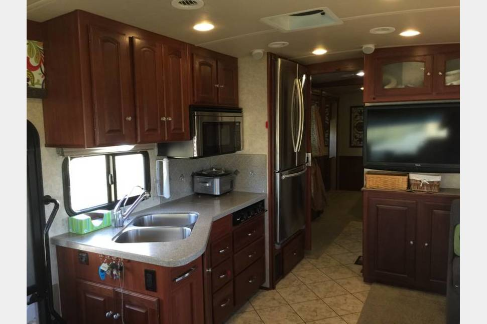 2010 Winnebago Adventurer 35Z BUNK - FRED lets you find FUN and FREEDOM on the ROAD