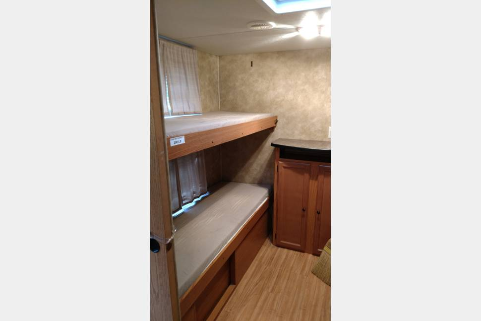 2009 Northland 31QBS - Room for the whole family! Not lacking in space! 31ft trailer with 4 bunks!
