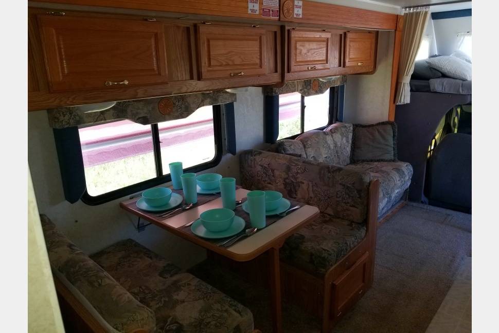 2003 Gulfstream Independence - Motor-home Slide-out Sleeps 8 and ready for an adventure!
