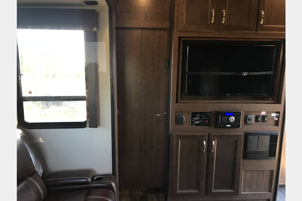 2016 Fuzion IMPACT 3112 - 31' Impact toy hauler travel trailer with 2 slides outs .