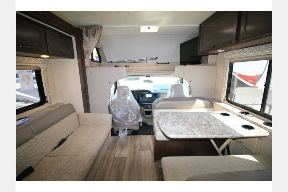 2017 Thor Freedom Elite 30FE - MAX sleeping capacity. 6 beds for 8 people + 5 TVs.