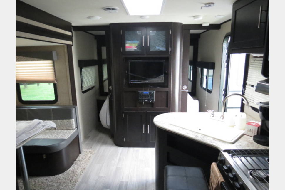 2016 Dutchmen/Kodiak Express 23' Ultra-Lite 223RBSL, Sleeps 3 To 4, Delivery To Your Camp Site Is Available - Delivery available. Just the right size. 23 foot, light weight, like a little hotel suite on wheels