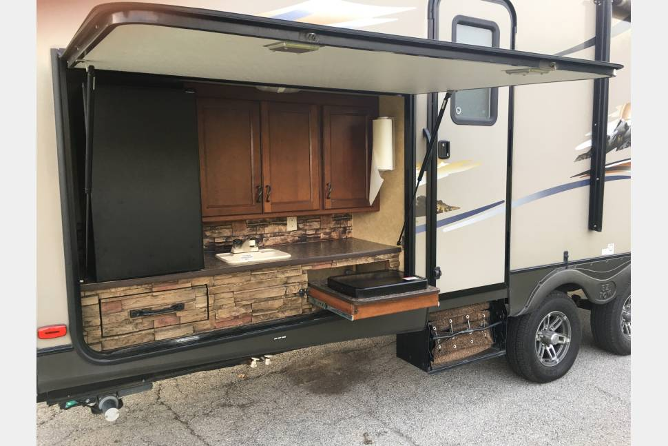 2013 Prime Time Lacrosse 318BHS (3 Bunks) - A great family camper with separate kids room.
