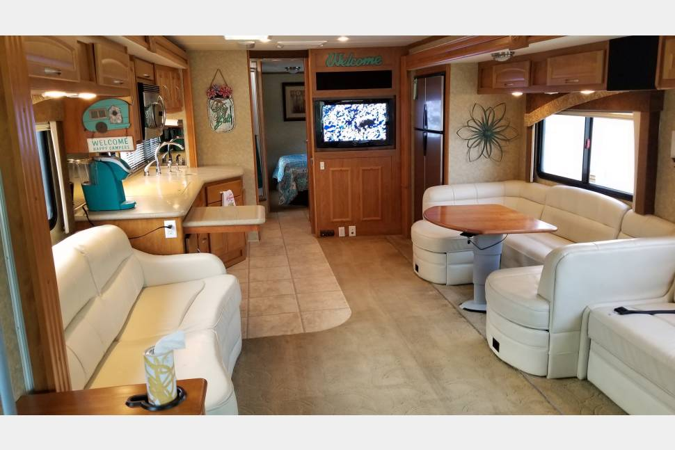 2008 Fleetwood Pace Arrow - Fleetwood Pace Arrow 38P with WiFi, optional Satellite, and optional Jeep Wrangler Unlimited!