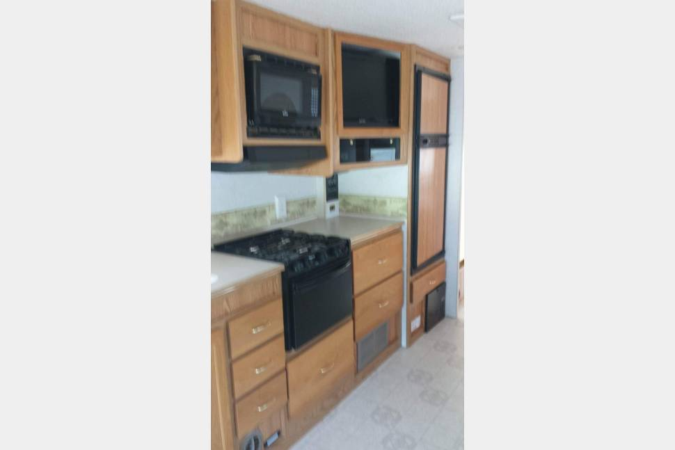 2003 Winnebago 31T - Journey (Wheel In The Sky) Is a beautiful Coach that is easy to drive and use. This Coach was designed with the end user in mind.