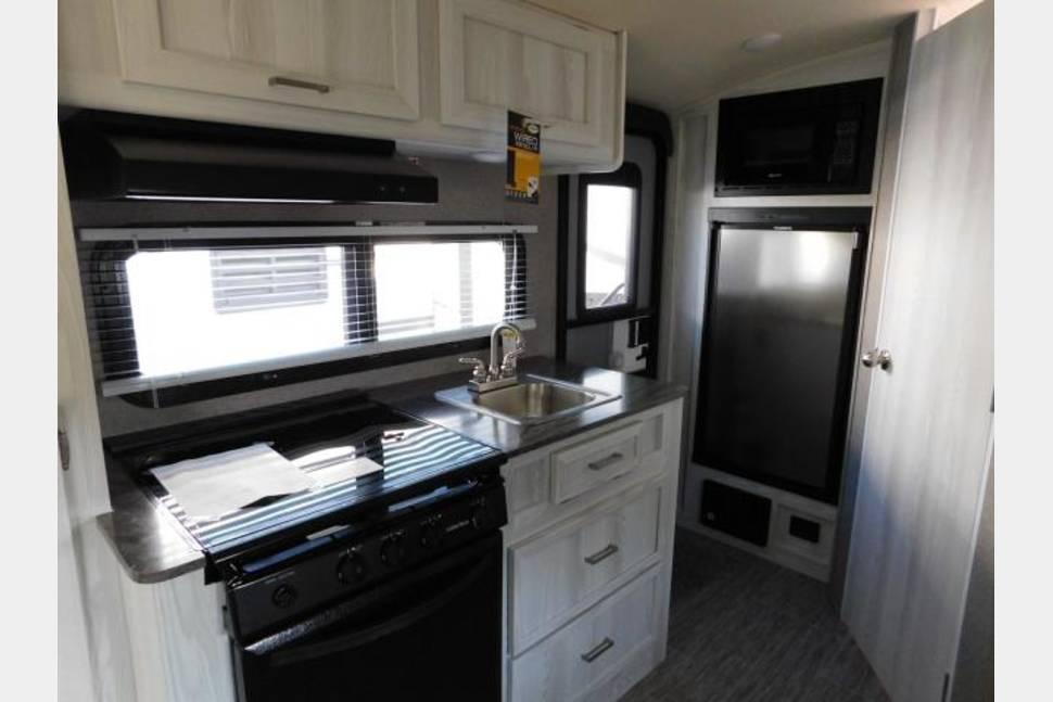 2018 FOREST RIVER ROCKWOOD G19 FBS GEOPRO - Awesome Mid-size SUV Towable Camper