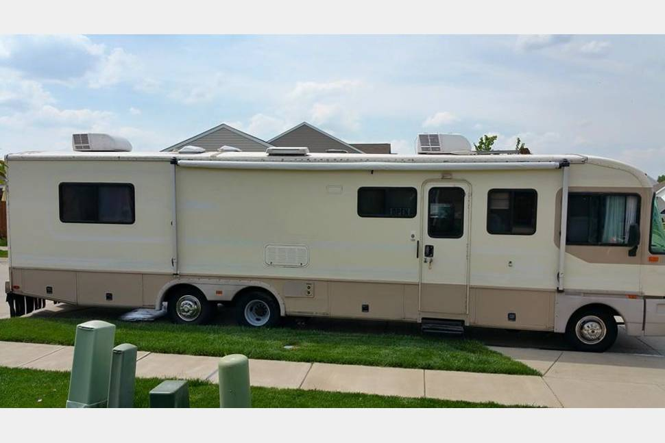 1996 Fleetwood Bounder - Hit the road in this well maintained Class A
