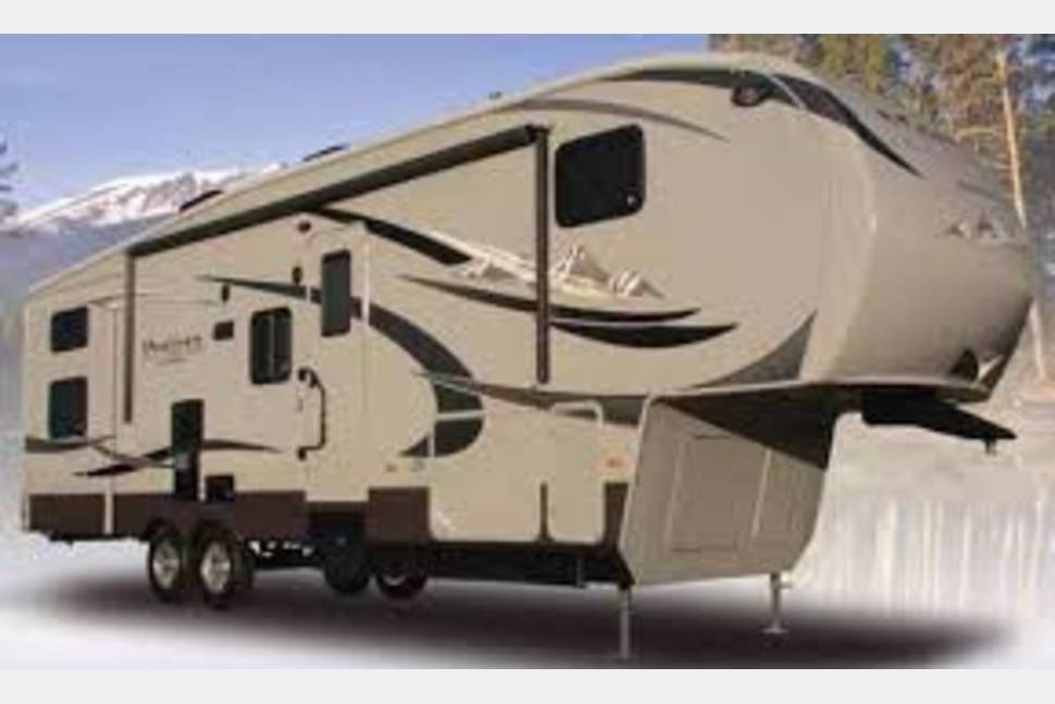 2013 Montana High Country 3624re - Clean and Comfortable!