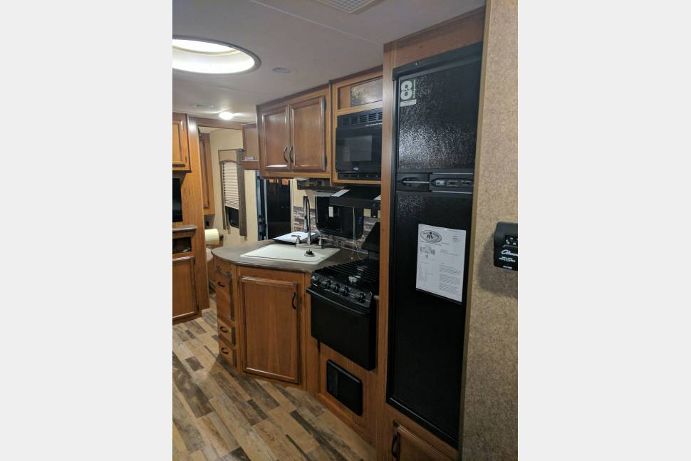 2015 Autumn Ridge StarCraft - Beautiful Unit ready to serve your family!! Outside bar and led lighting! Delivery available!!