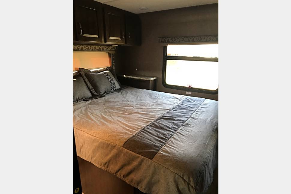 2018 Thor Four Winds Bunkhouse 31E - Your kids will love the bunk beds in our NEW 2018 Class C!!!