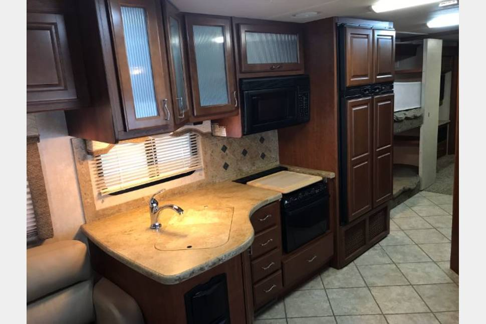 2008 Thor Mandalay Presidio 38D - Diesel Pusher bunkhouse with 3 slides for lots of room for the whole family. Delivery Available