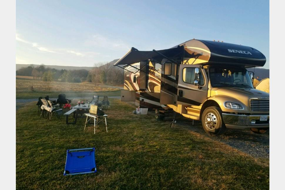 2014 Affordable Luxury/All Inclusive/Dog Friendly -Jayco Seneca - Affordable luxury- All inclusive- Dog friendly and sleeps 6+ with bunk beds.