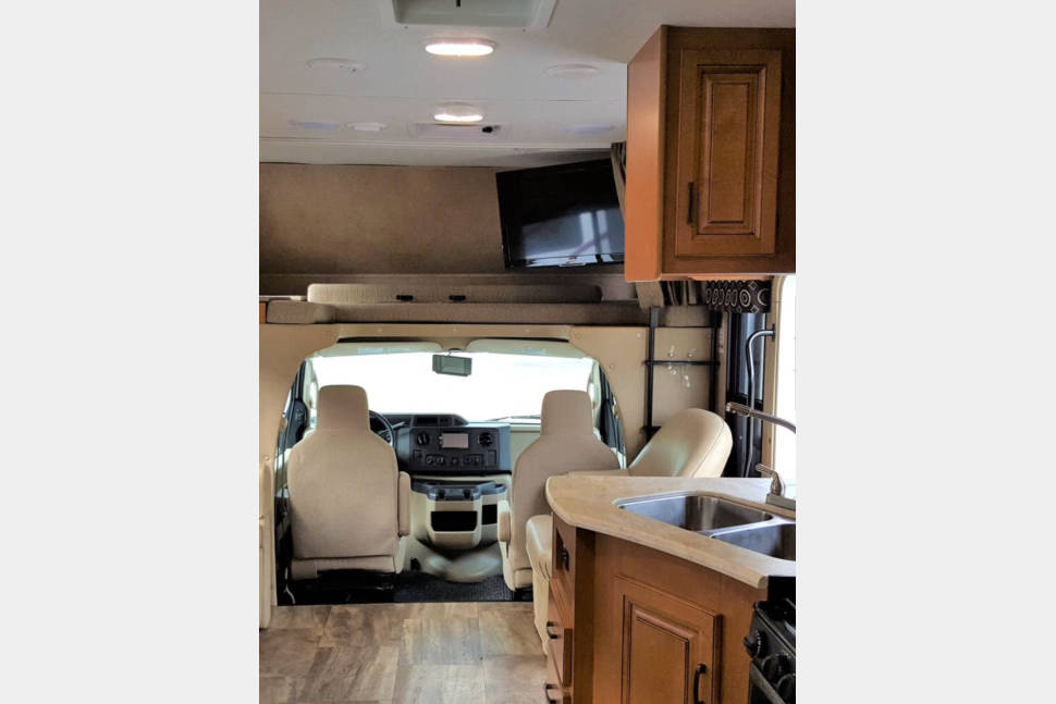 2017 Sunseeker 3100 SS - WINTER RATE $185/NIGHT ! Text/call 443-462-6178 - HUGE KITCHEN! Electric Awning! LUXURY RV!